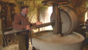Jean-Claude Mazure nous explique le fonctionnement du moulin. © France 3 Limousin
