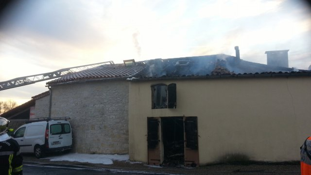 lot et garonne un voiture accident e provoque l 39 incendie d 39 une maison pont du casse france. Black Bedroom Furniture Sets. Home Design Ideas