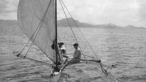 Jack et Charmian London sur la pirogue de Tehei devant l'île de Tahaa, Polynésie française. / © Courtesy of Jack London Papers, The Huntington Library, San Marino, California.