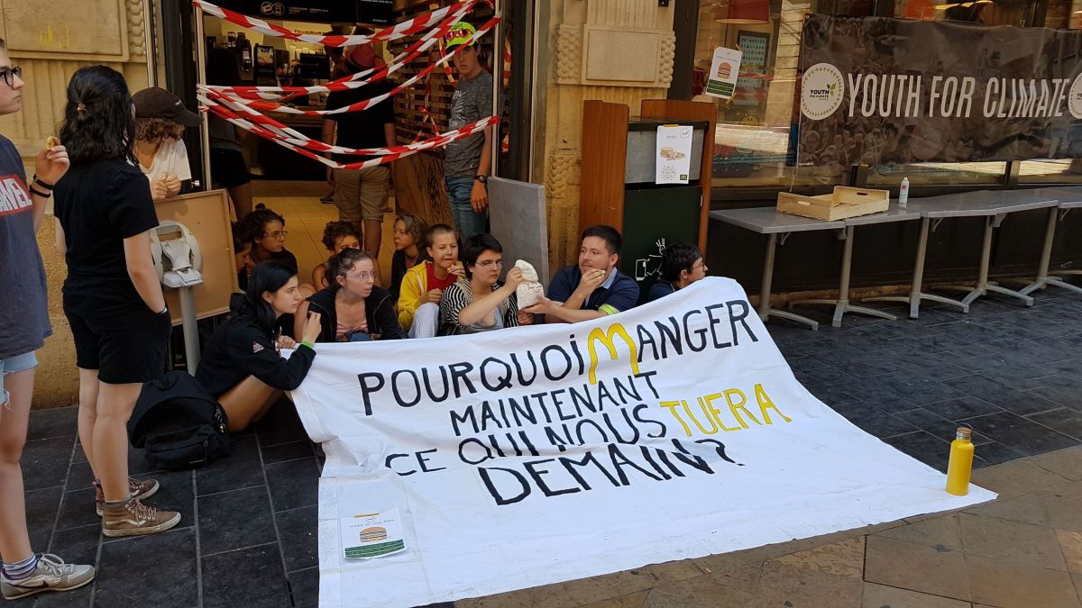 Bordeaux : les membres de Youth for climate bloquent le Mac Donald de la rue Sainte Catherine