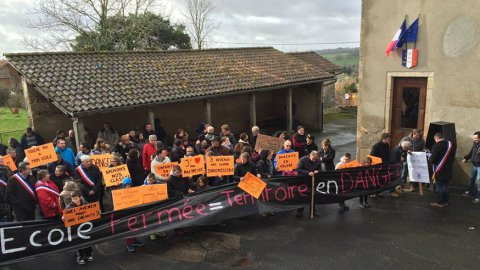 Manifestation contre la fermeture de l'école rurale de Saint-Cirgues (Lot)
