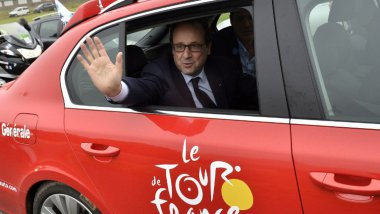 François Hollande sur le tour en 2014 entre Arras et Reims / © JEFF PACHOUD / POOL / AFP
