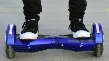 Illustration : un hoverboard en charge met feu à un appartement. / © FREDERIC J. BROWN / AFP
