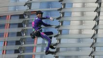 Le Spiderman français Alain Robert en train d'escalader la tour Agbar de Barcelone le 4 mars 2020
