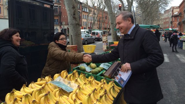 Jean-Luc Moudenc distribuant des tracts ce mercredi matin / © C. Lebrave / France 3
