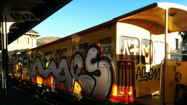 Le train jaune couvert de tags le 19 septembre 2015 / © Louis Dollo