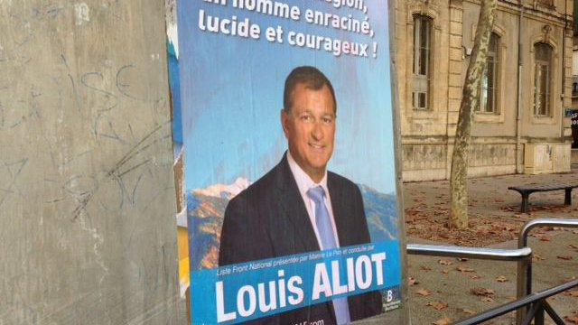 Affiche Louis Aliot devant un bureau de vote / © France 3 LR