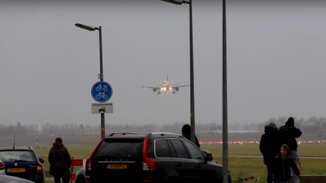 "[VIDEO] L'impressionnant ""touch and go"" d'un Airbus A320"