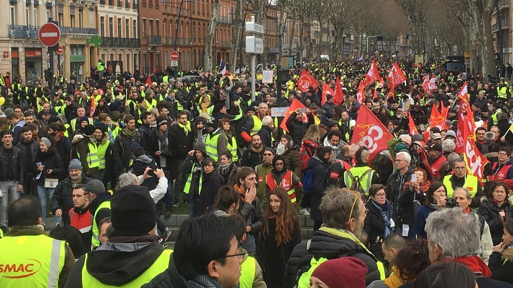 Gilets jaunes et syndicats à Toulouse : premiers incidents en marge du cortège