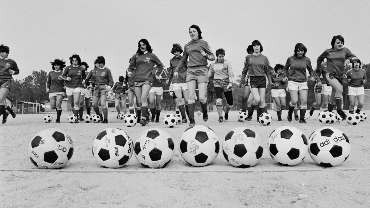 VIDEO - Interdiction, moquerie et sexisme : l'histoire chaotique du football féminin en France