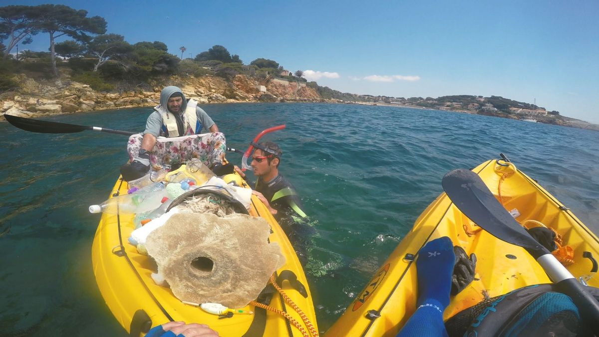 "Emmanuel Laurin et Neal Badache récupèrent des déchets en mer méditerranée entre Bandol et Toulon. ""Le Grand Saphir, une révolte ordinaire"", un documentaire diffusé sur France 3 Occitanie le 24 juin 2019. / © Jérémi Stadler/SATELLITE MULTIMEDIA"