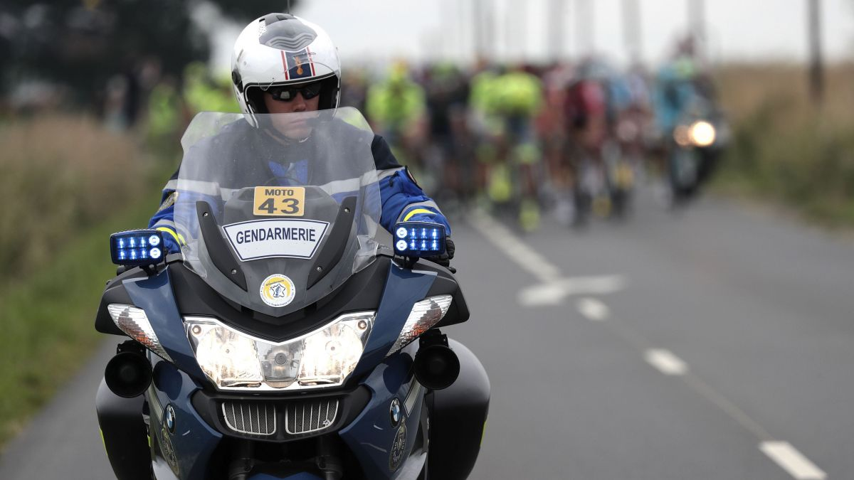 Six motards de la Garde républicaine violemment agressés — Tour de France
