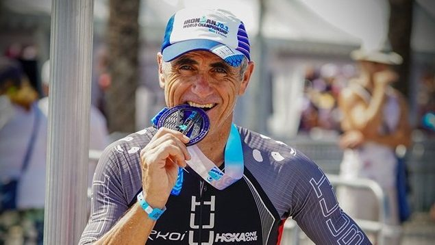Laurent Jalabert avec sa médaille à l'issue de l'Ironman 70.3 de Nice