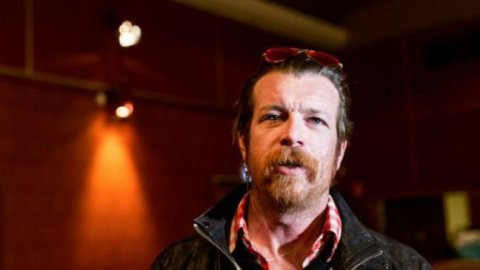 "Le chanteur d'Eagles of Death Metal certain d'être ""chargé par Dieu"" de revenir à Paris"