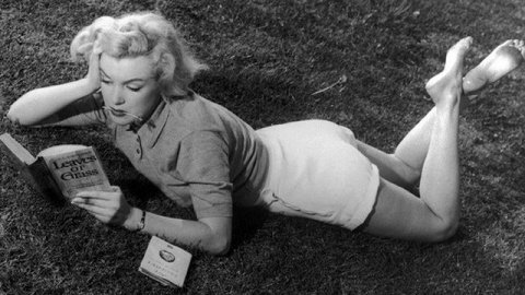 Marilyn Monroe lisant dans l'herbe, 1952 / © Kobal / The Picture Desk