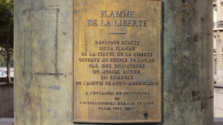 La plaque rappelant l'origine de la Flamme de la liberté sur le socle de la statue. / © France 3 Paris Île-de-France / ML