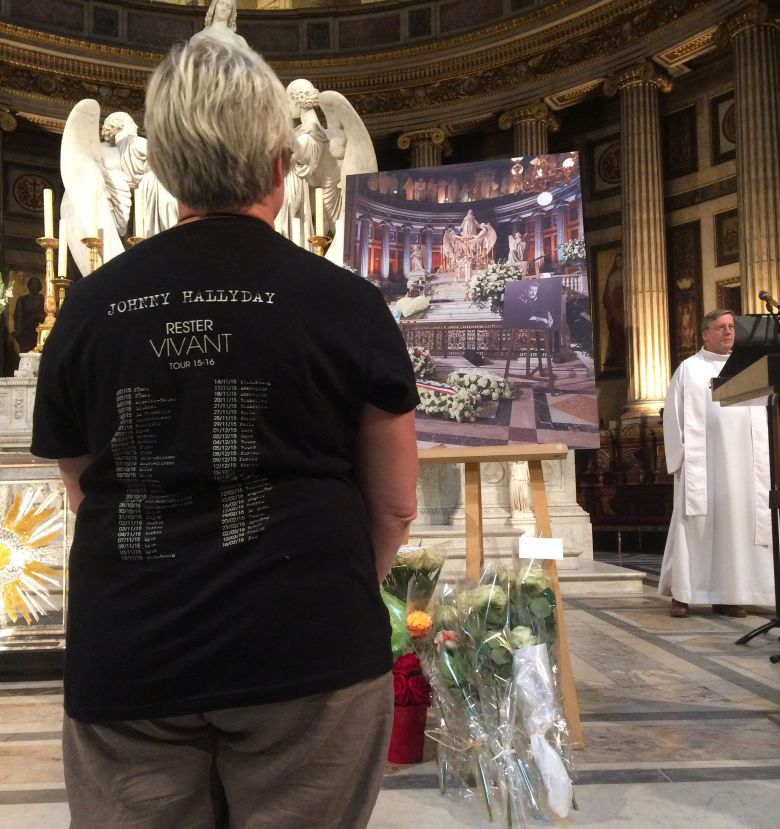 Une fan se recueille à l'église de la Madeleine en hommage à Johnny Hallyday. / © France 3 Paris - Île-de-France