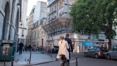 Un jeune couple en velib dans le quartier du Marais. / © IP3 PRESS/MAXPPP