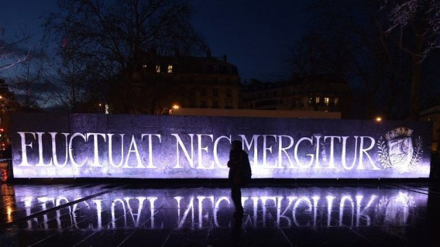 "Le café place de la République rebaptisé ""Fluctuat Nec Mergitur"" / © DOMINIQUE FAGET / AFP"