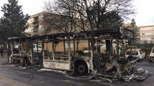Un bus incendié à Beaumont-sur-Oise. / © France 3 Paris IDF/T. Watine