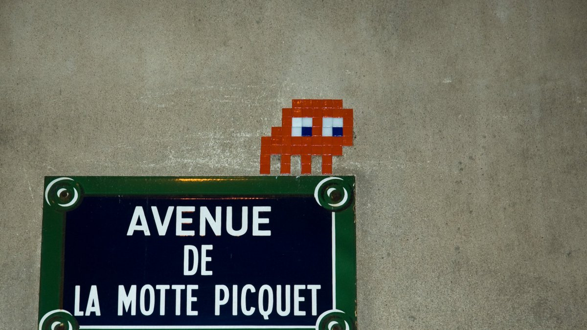 De faux agents municipaux volent les mosaïques d'Invader à Paris