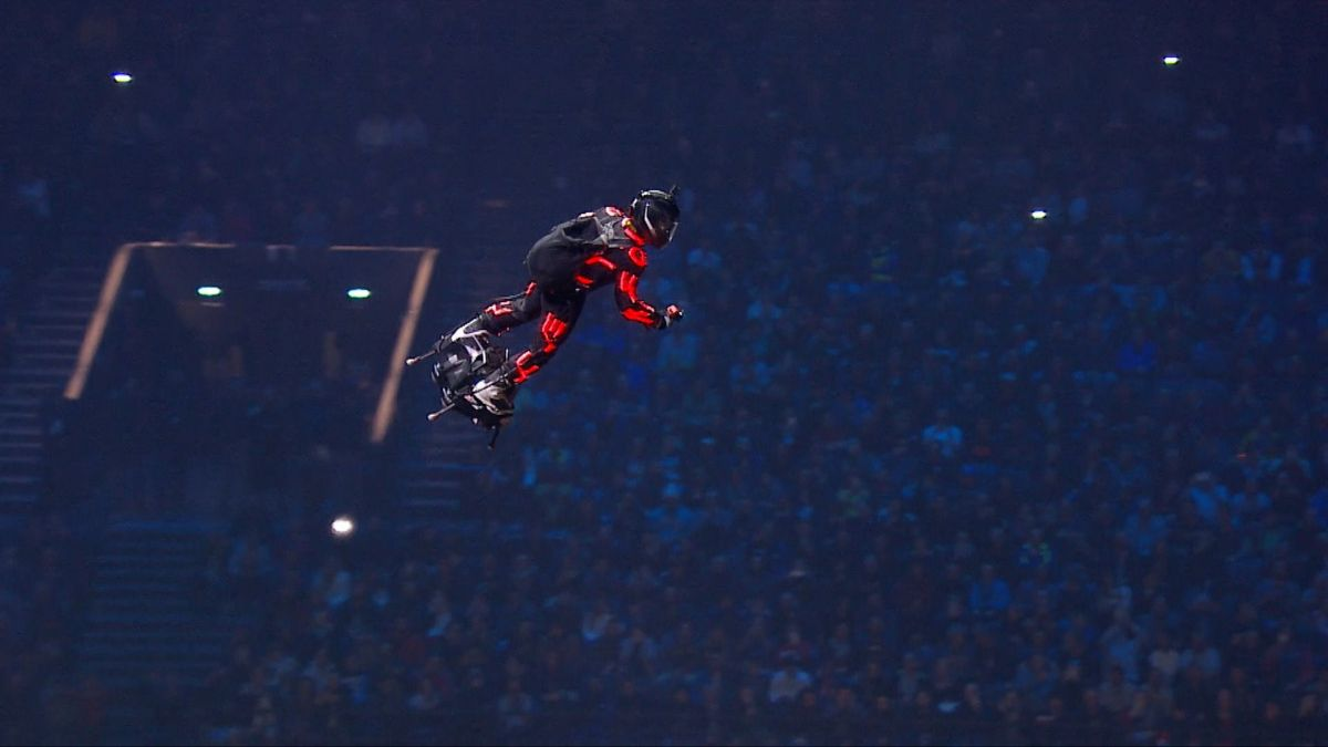 Franky Zapata, l'homme volant, au Supercross de Paris. / © Supercross de Paris - France 3 Paris - Île-de-France