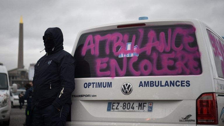 Paris : une manifestation surprise des ambulanciers place de la Concorde