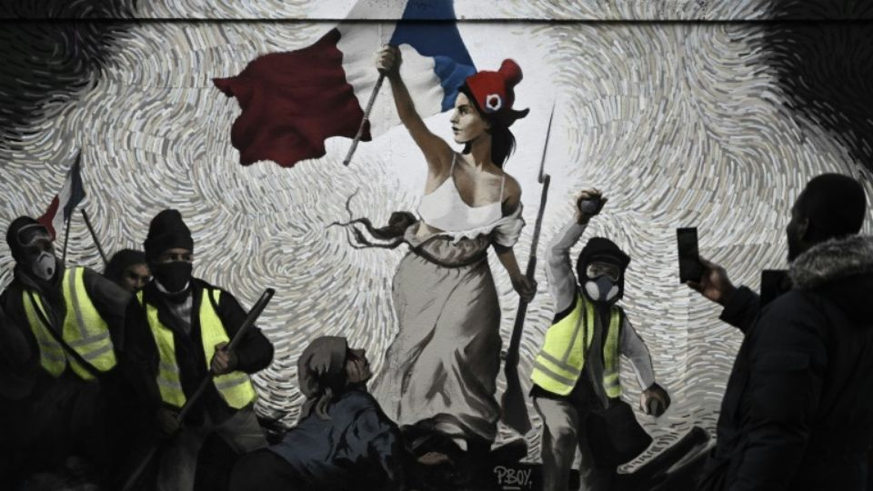 "Paris : Une fresque ""La liberté guidant le peuple"" version street-art et gilets jaunes"