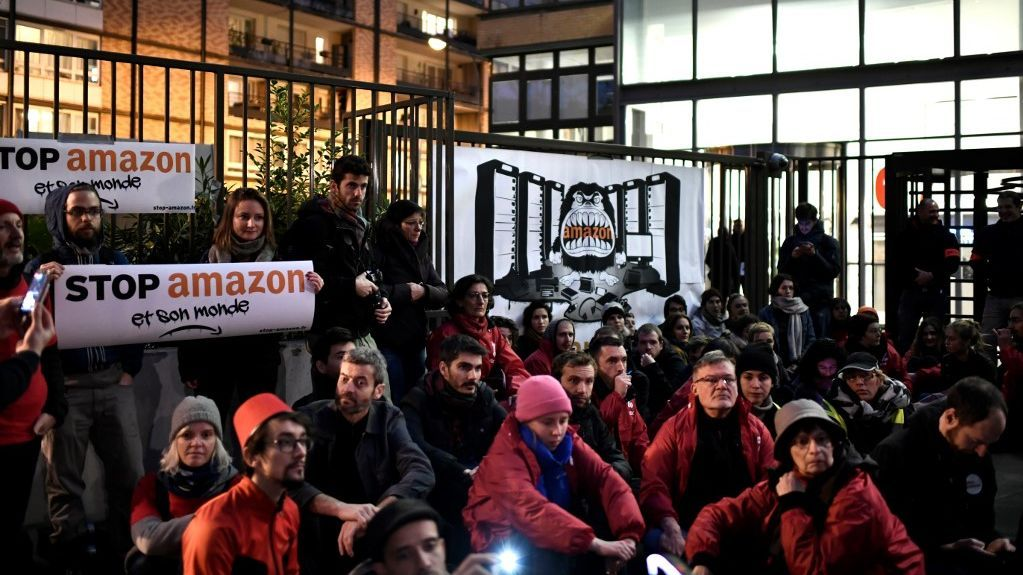 Black Friday : sit in devant le siège d'Amazon à Clichy dans les Hauts-de-Seine