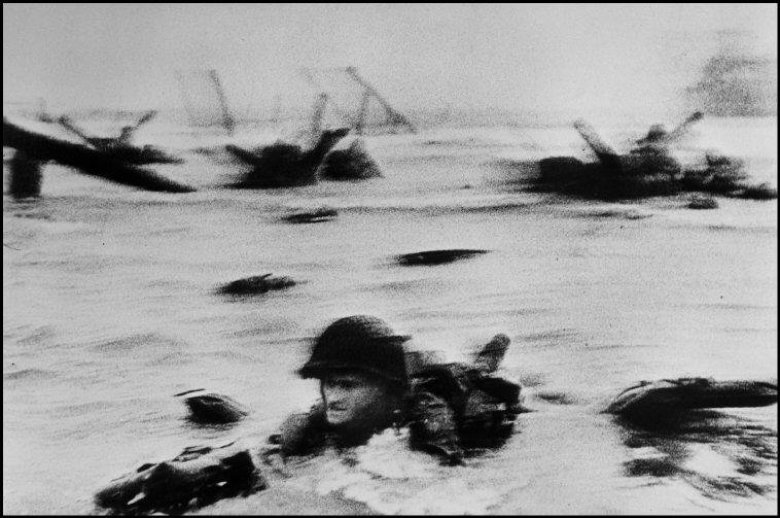 The face in the surf / © Robert Capa - International Center of Photography/Magnum Photos