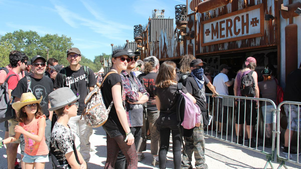 Hellfest 2018 : le business du tshirt et du sweat à capuche