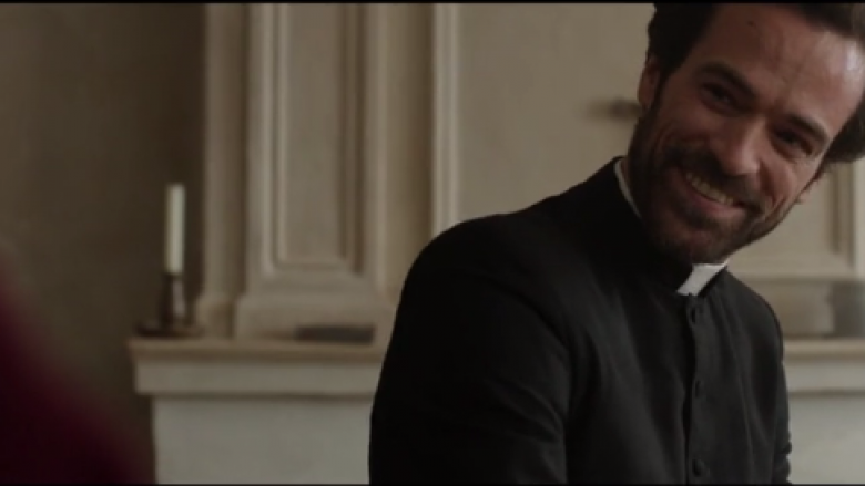 "Romain Duris, en prêtre dans ""La Confession"" / © Capture Allociné"