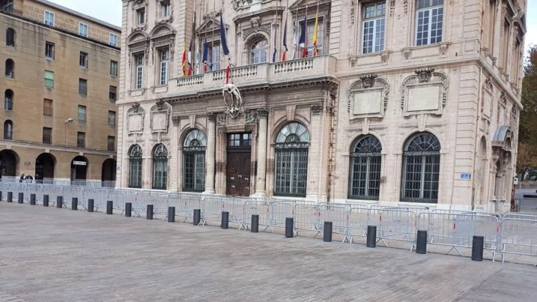 The security gates are placed in front of the Town Hall in anticipation of anger. / © Collective from November 5th