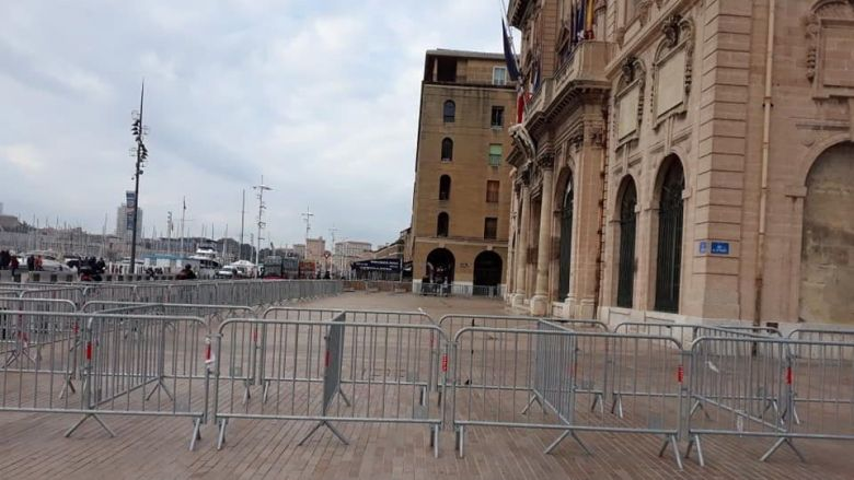 Security measures applied by the municipal services for the arrival of the rage of this evening. / © Collective from November 5th