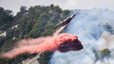 ILLUSTRATION d'un largage de retardant / © Yann COATSALIOU / AFP