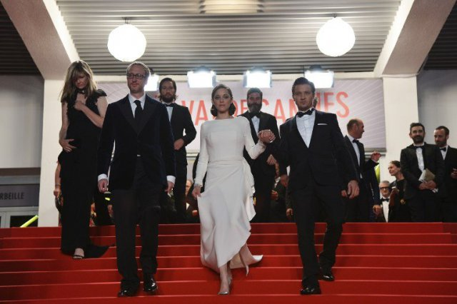 "Le réalisateur James Gray Marion Cotillard et l'acteur américain Jeremy Renner après la projection de ""The Immigrant"" / © AFP PHOTO / ALBERTO PIZZOLI"