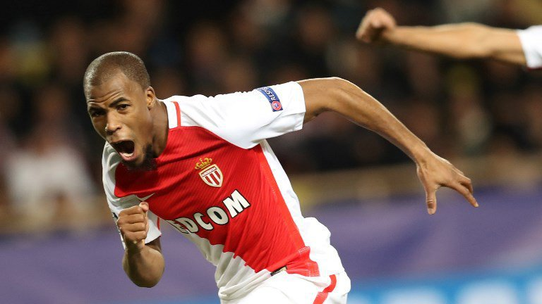 Djibril Sidibé fête son but contre Tottenham en coupe d'Europe. / © Valery HACHE / AFP