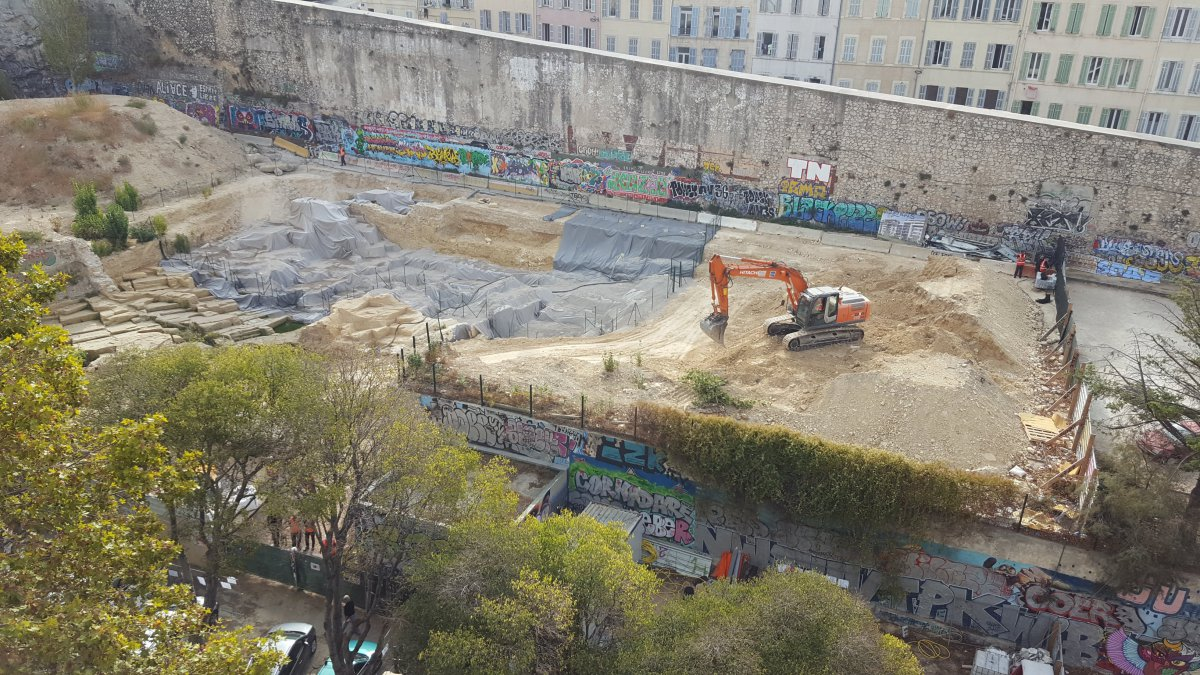 Marseille : des machines de chantier entrent sur le site antique de la Corderie