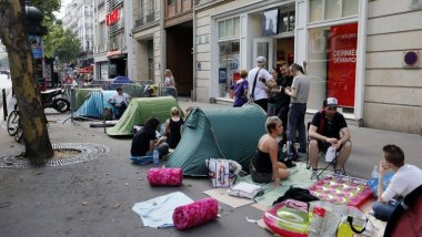 Ambiance camping devant l'Olympia. / © FRANCOIS GUILLOT / AFP