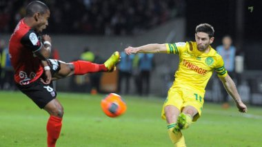 FC Nantes : les canaris s'inclinent à Guimgamp (1 - 0) Moustapha Diallo et Claudio Beauvue / © AFP FRED TANNEAU