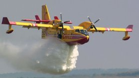 ILLUSTRATION - Un Canadair de la Sécurité Civile en plein largage / © Jerry Gunner / Flickr