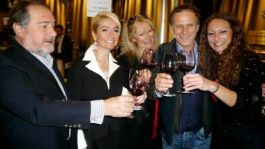 Michel Rolland, Stéphanie, Dany, et Marie from the Rolland family et Charles Berling / © Jean-Pierre Stahl - France 3 Aquitaine