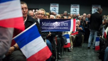 Des militants du Front national assistent à un meeting de Marine Le Pen, le 16 mars 2015 à Six-Fours-les-Plages (Var). / © Maxppp