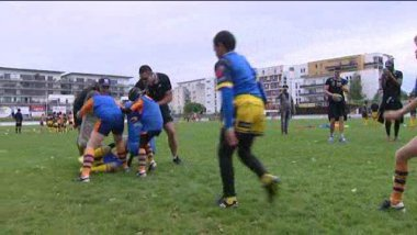 A l'occasion de la 20e édition du Howard Hinton Sevens, les All Blacks deviennent les coachs des enfants de l'AS Tours / © F3 Centre-VDL