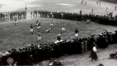 Un match de foot improvisé sur la plage entre soldats / © Sources archives : - Pathé Gaumont - History Centre Surrey