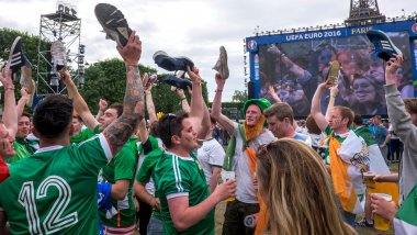 Des supporters irlandais sur la fan zone de la Tour Eiffel. / © IP3 PRESS/MAXPPP