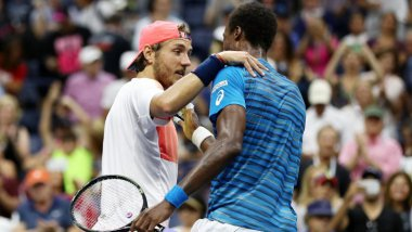 Lucas Pouille félicité Gaël Monfils. / © ELSA / GETTY IMAGES NORTH AMERICA / AFP