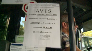 Affiche collée sur un bus pour informer les usagers de la suppression du bus Bastia-Erbalunga, vendredi 30 septembre 2016. / © France 3 Corse ViaStella