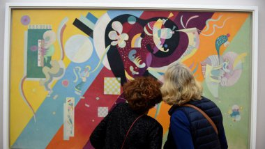 "Des visiteurs devant ""Composition IX"", peint en 1936 par Vassily Kandinsky on October 28. / © JEAN-PIERRE CLATOT / AFP"