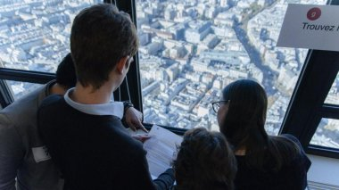 Des participants à un escape game, dans la tour Montparnasse, en 2015. / © WilliamK